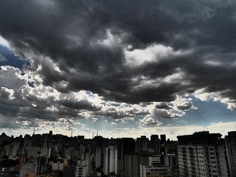 """São Paulo - Pesquisadores descrevem trajetória do """"rio de fumaça"""" que escureceu a cidade"""