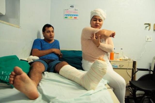 Casal mostra os ferimentos do acidente - Gente de Opinião