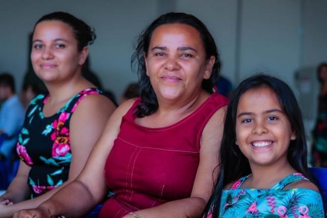 Vitória, moradora no bairro Lagoinha, viu a matrícula da irmã Glena e sonha fazer natação - Gente de Opinião