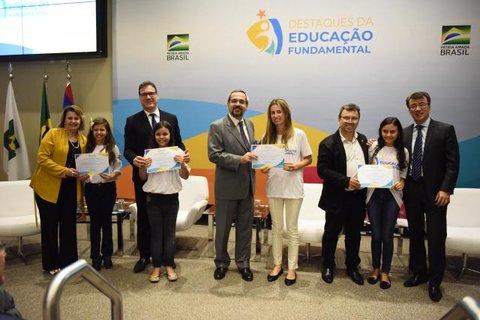 Professora e alunas da escola Jandinei Cella, de Ji-Paraná, recebem homenagem em Brasília pelo desempenho na educação