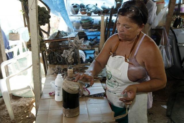 Vera Lúcia enfeita garrafas com renda - Gente de Opinião