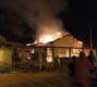 Perigo do álcool: residência destruída por incêndio e jovem está internado no HB com 63% do corpo queimado