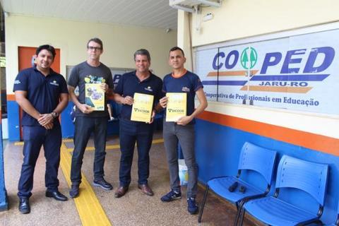 Sistema OCB/SESCOOP – RO e Sicoob entregam apostilas do projeto Educação para o Futuro, em Jaru
