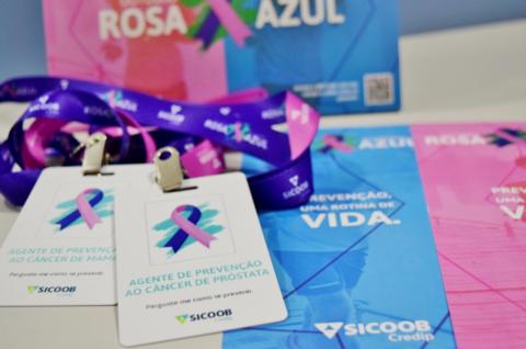 """Sicoob Credip substituirá crachá com nome e função do colaborador por """"agente de prevenção ao câncer"""" em nova campanha ligada ao Movimento Rosa Azul"""