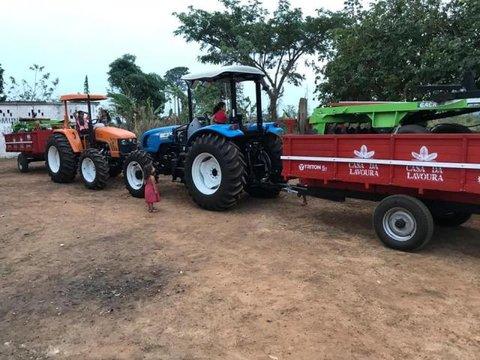 Prefeitura entrega tratores para fomentar a agricultura familiar em Castanheiras