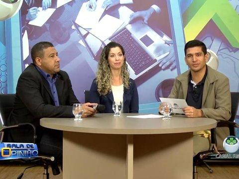 João Ricardo conversa com a Coordenadora do curso de Educação Física da Faculdade Metropolitana, professora Daniela Brasileiro, e com o professor Vanderlei Ferreira
