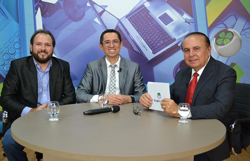 Dr. Aparício Carvalho conversa com o Delegado Hélio Gomes, Secretário adjunto de Segurança do Estado, e com o Professor Cláudio Negreiros
