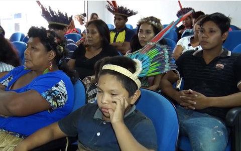 Com a falta do transporte escolar comunidades indígenas invadiram a câmara de vereadores