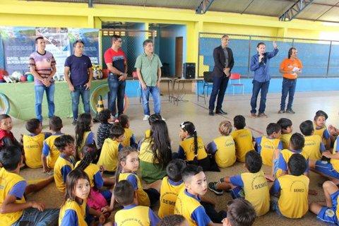 Sistema Fecomércio/Sesc/Senac e Conetur realizam entrega de materiais esportivos a alunos de Jaci-Paraná