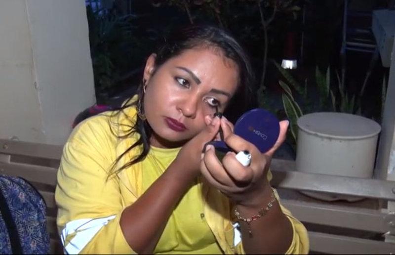 História da gari que foi humilhada por se maquiar para ir trabalhar