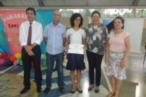 Ao lado da professora Francisca Elizabeth, a estudante Bianca França Oliveira apresenta o certificado de premiação da CGU - Gente de Opinião