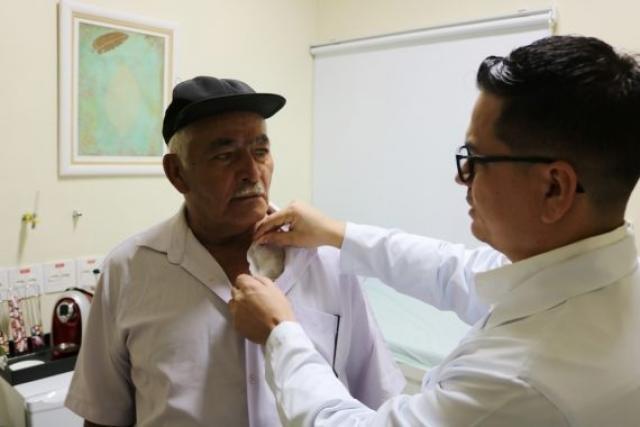 O médico Daniel Gomes avalia o paciente Pedro Tavares após uma semana da cirurgia de aneurisma de aorta abdominal - Gente de Opinião