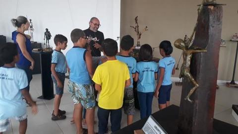 Alunos do 4° ano da escola Ensina-me a Viver visitam exposição interativa na Fundação Cultural de Vilhena