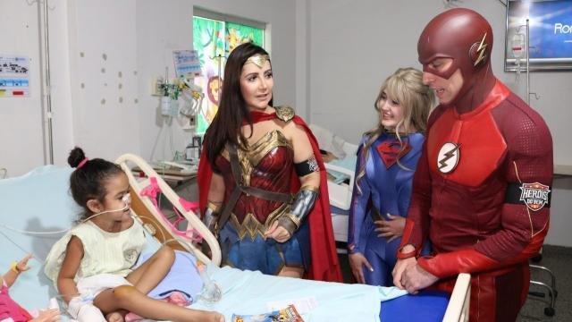Crianças recebem a visita dos super-heróis no HICD - Gente de Opinião