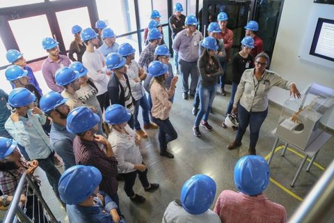 Usina Hidrelétrica Jirau recebe visita de estudantes da Associação Educacional de Cacoal