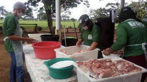 Prefeitura de Rolim de Moura capacita produtores rurais sobre defumados e embutidos
