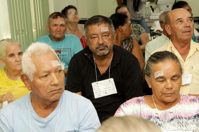 Ricardo de Souza (c), 51 anos, de Porto Velho, esperou seis anos pela vez, que aconteceu neste sábado, na Clínica Sol - Gente de Opinião