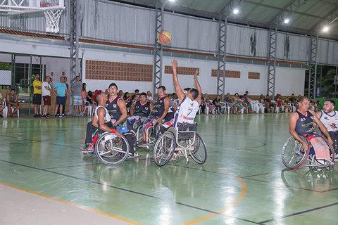 Basquete em cadeiras de rodas da show em Nova Mutum Paraná