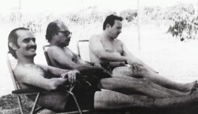 Década 70, onde vemos Ciro Pinheiro, Euro Tourinho e Rochilmer Melo da Rocha, em um dos muitos balneários da capital. - Gente de Opinião