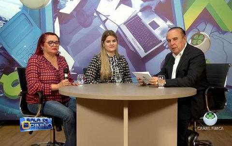 Dr. Aparício Carvalho conversa com a Dra. Conceição Simões Coordenadora do Curso de Medicina e com  Professora Dra Ana carolina da FIMCA