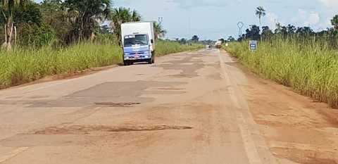 Esburacada, e sem sinalização a BR 364 que liga Jaci Paraná a Abunã é um perigo para motoristas
